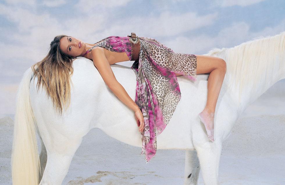 צועדים יחד אל האופק. בר רפאלי והסוס בקמפיין לרשת אירית (צילום: רון קדמי)