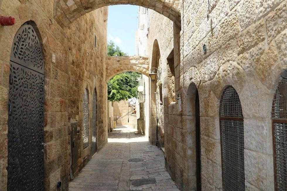 סמטאות ירושלים. חביבות על התייר הסיני (באדיבות הקרן למורשת הכותל המערבי) (באדיבות הקרן למורשת הכותל המערבי)