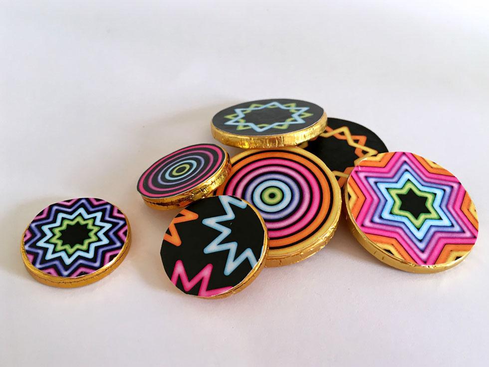 דמי חנוכה עם טוויסט. מטבעות שוקולד מצופים בנייר צבעוני (צילום: דנה הדר)
