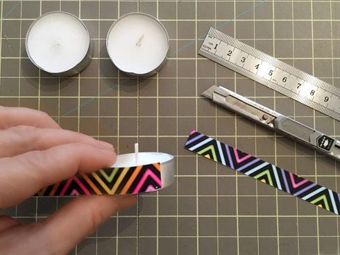 חותכים רצועות ומדביקים עם דבק דו-צדדי (צילום: דנה הדר)