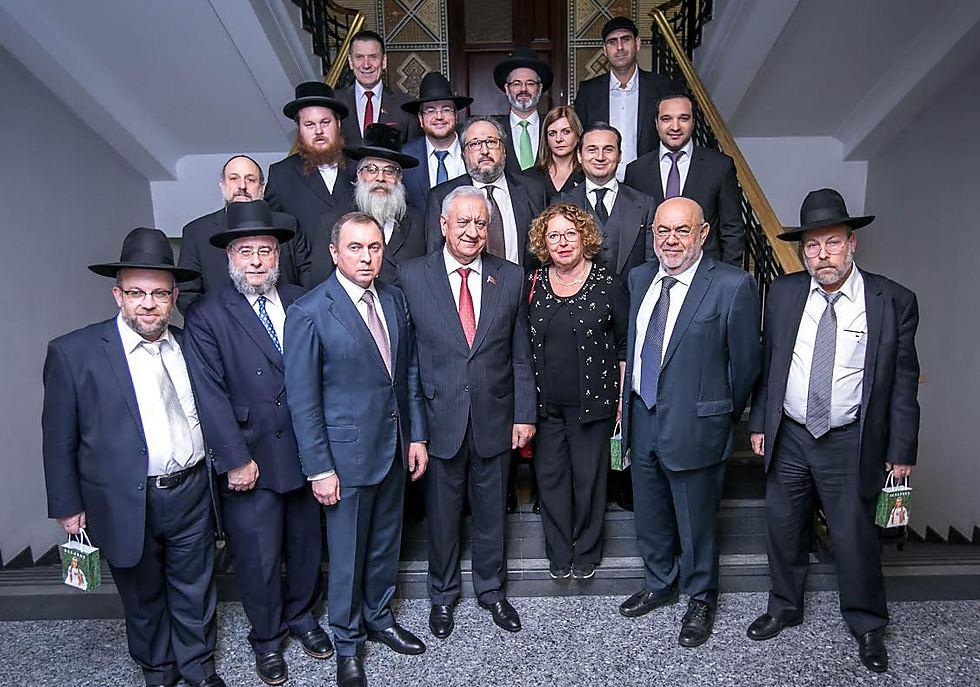 """אפללו בין הרבנים ונשיא בלארוס, בוועידת רבני אירופה: """"בסופו של דבר, הם הבינו שאני אוהבת אותם"""" (צילום: אלי איטקין)"""