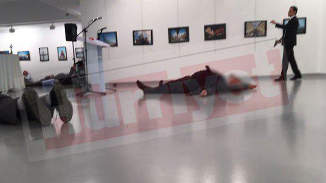"""זירת הירי באנקרה, הערב. שוכב במרכז התמונה - השגריר קרלוב. מתוך אתר """"הורייט"""""""