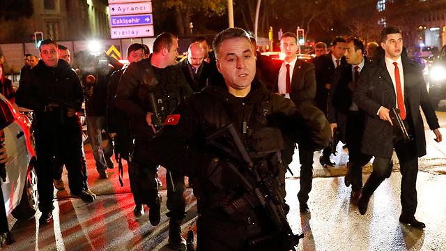 כוחות הביטחון הטורקיים, הערב ליד זירת הרצח (צילום: רויטרס)