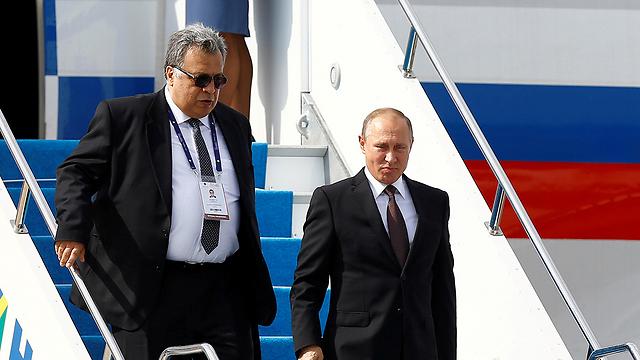 השגריר הרוסי קרלוב עם נשיא רוסיה ולדימיר פוטין בהגיעו לביקור באיסטנבול באוקטובר האחרון (צילום: רויטרס)
