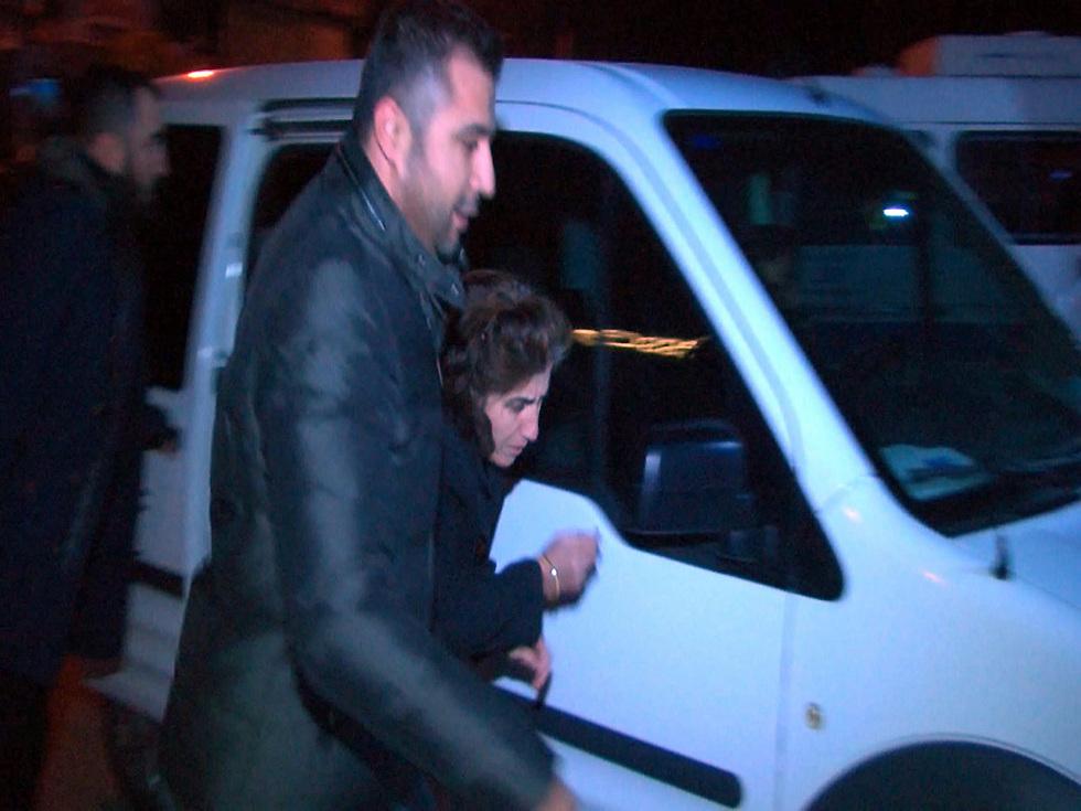 אמו נלקחת למעצר (צילום: MCT) (צילום: MCT)