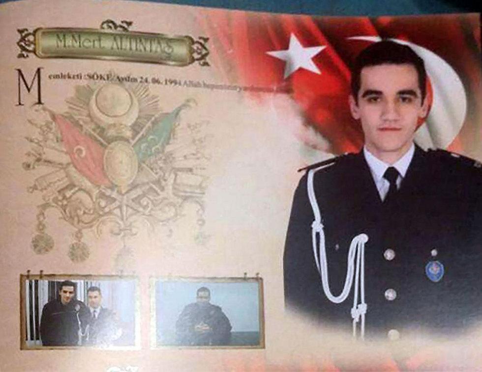 תעודת השוטר של הרוצח (צילום: AP) (צילום: AP)