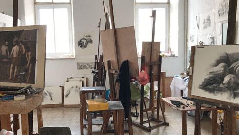 ציירים במקום נרקומנים ומחוסרי דיור (צילום: הילה שמר)