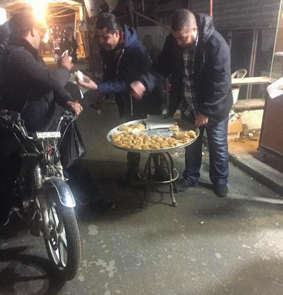 חלוקת ממתקים בטריפולי בלבנון ()
