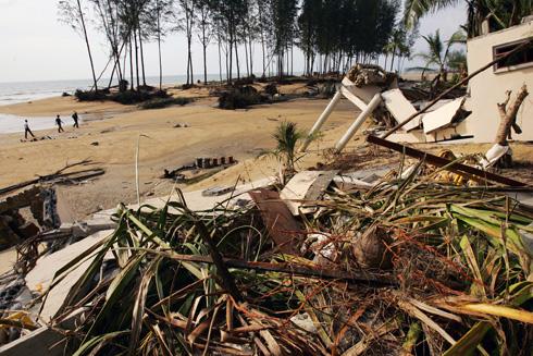 """קאו לאק, תאילנד, דצמבר 2004. """"כולם חיכו ושתקו מרוב הלם"""" (צילום: Gettyimages)"""