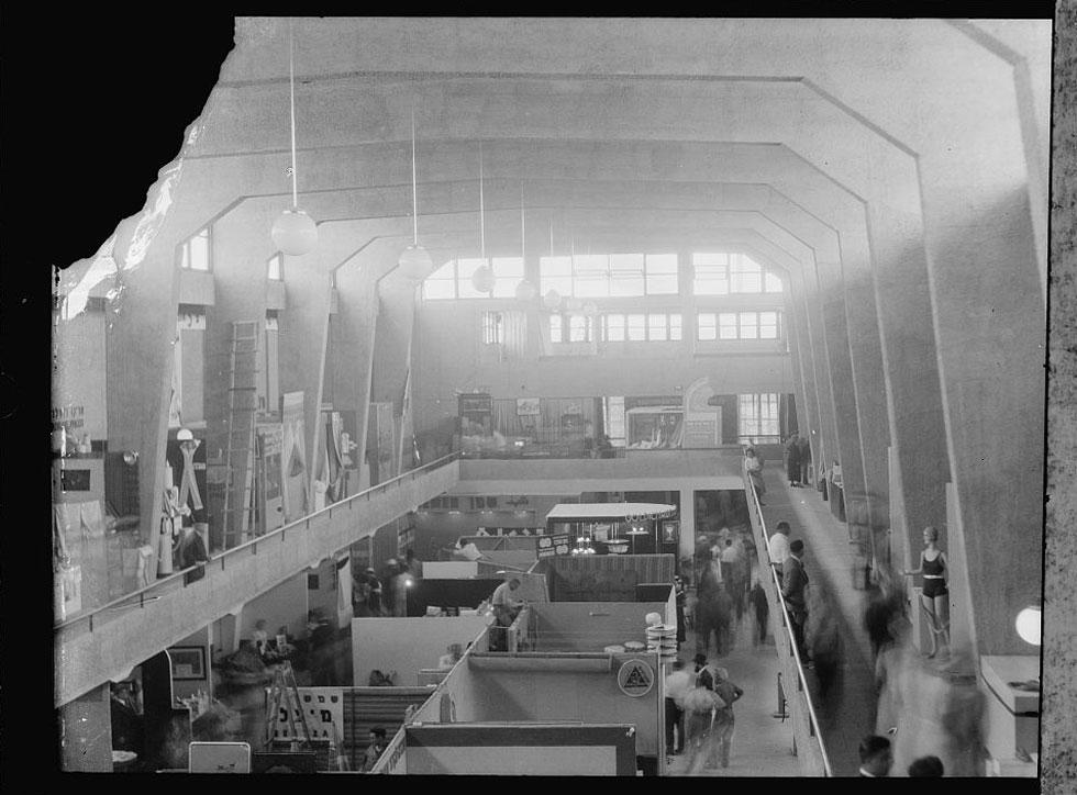 """חלל התצוגה המרכזי בארמון. """"זה היה חלל עצום"""", אומרת אדריכלית סיגל דוידי,  """"ובמקביל הכיל גם חללים יותר אינטימיים. כל מי שנכנס אליו נחשף לעוצמה, כך שהבניין לבדו מימש את המטרה שהיתה ליזמים להאדיר את התעשייה הארצישראלית"""" (צילום: G. Eric and Edith Matson Photograph Collection)"""