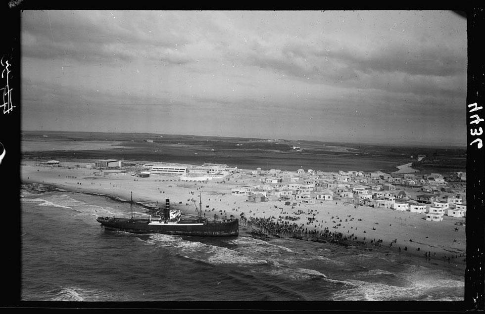 """מבט אל שטח היריד, הסמוך למפגש הירקון והים. במרחק, משמאל, נראה """"קפה גלינה"""". מימין: בתיה של תל אביב ב-1934 (צילום: G. Eric and Edith Matson Photograph Collection)"""