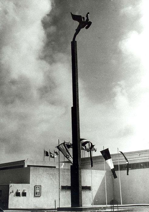 פסל הגמל המעופף, שעיצב אריה אל-חנני, הפך לסמלו של היריד, אך נהרס (צילום: Ilan Shchori, cc)