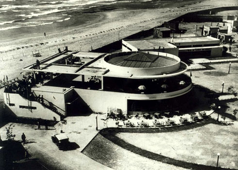 """קפה """"גלינה"""", בעיצובה של אדריכלית ג'ניה אוורבוך, מי שתכננה את כיכר צינה דיזנגוף (צילום: Ilan Shchori, cc)"""
