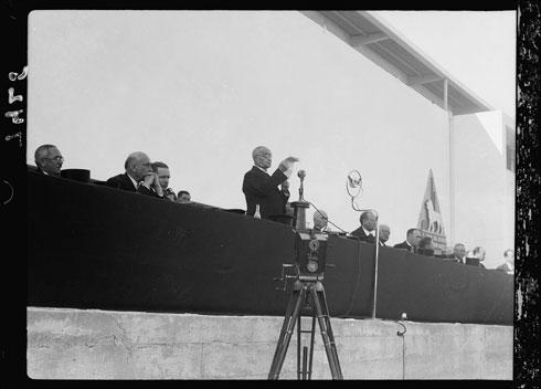 הנאומים בטקס פתיחת היריד שודרו בתחנת הרדיו של היריד (צילום: G. Eric and Edith Matson Photograph Collection)