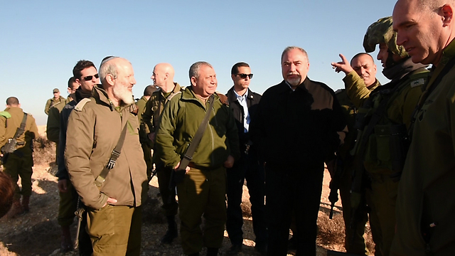Defense Minister Avigdor Lieberman receiving a briefing with IDF Chief Gadi Eisenkot (Photo: Defense Ministry)
