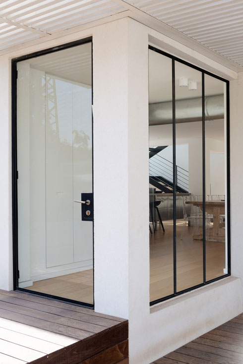 המבואה הפכה לשקופה, ודלת הכניסה נראית כמו אחת הוויטרינות (צילום: גדעון לוין)