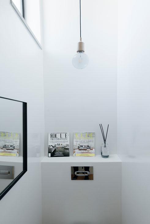 שירותי האורחים נמצאים בין קומת הכניסה לסטודיו של בעלת הבית, שעובדת כמאמנת כושר (צילום: גדעון לוין)