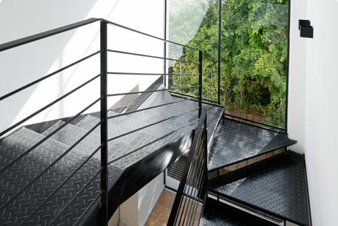 מדרגות הפח מובילות אל קומת המגורים (צילום: גדעון לוין)