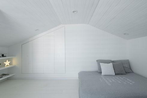 במת השינה וארון הקיר בעליית הגג של הבכורה (צילום: גדעון לוין)