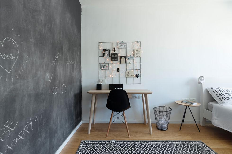 חדריהן של שתי הבנות הקטנות דומים: רהיטים בהירים, קיר בצבע גיר, ורשת בנייה פשוטה שהפכה ללוח דקורטיבי ושימושי מעל שולחן הכתיבה (צילום: גדעון לוין)