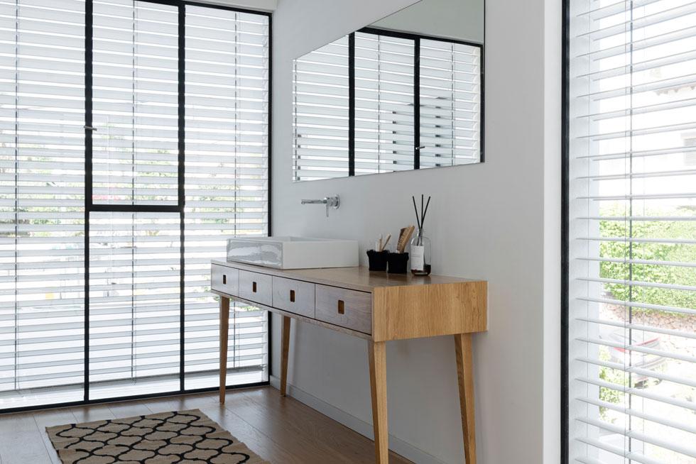 שולחן כיור עומד בין שני חלונות גדולים (צילום: גדעון לוין)