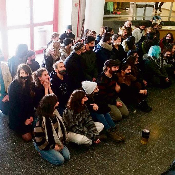 """הפגנת המחאה של הסטודנטים בבצלאל. שטרן: """"כל כך התחשק לי להצטרף אליהם, בכל הזעם ובכל החוזק"""". מימין: המיצג שעורר את הסערה ובמרכזו הכרזה של רבין שעליה הכתובת: """"הבוגד"""""""