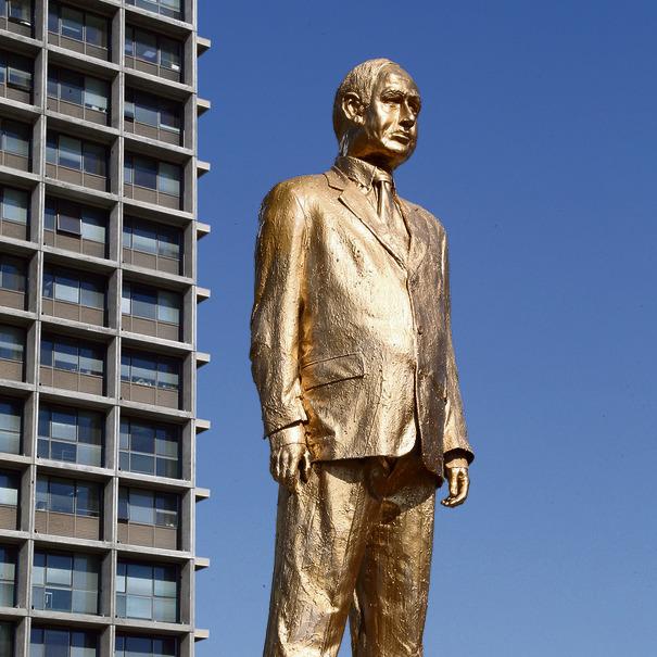 """""""פסל הזהב"""" של נתניהו בכיכר רבין. שטרן: """"זו פרובוקציה ברורה. מקרה שבו תפקידו של האמן להתריס, ותפקידם של שומרי הסדר הציבורי להסיר את הפסל"""""""