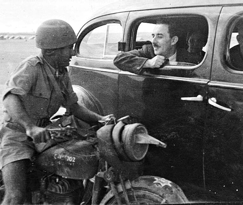 Moshe Sharett visiting troops