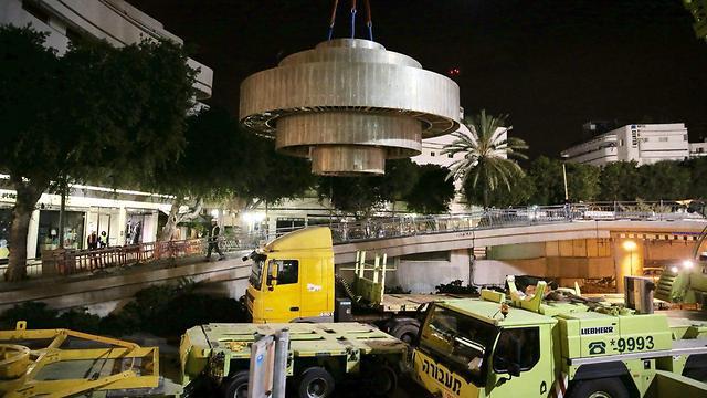 הפסל הענק והכבד באוויר, בדרכו לחניון רידינג. תל אביב, הלילה (צילום: מוטי קמחי)