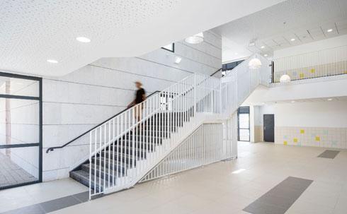 גרם המדרגות לקומה השנייה. בכל קומה תשע כיתות לימוד. אחת מהן היא כיתת מחול מקצועית (צילום: יואב פלד)
