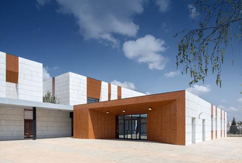 """מבנה הכניסה לבניין. """"זו לא סתם דלת עם גגון"""", אומר האדריכל, """"יש פה ממש מבנה מזמין"""" (צילום: יואב פלד)"""