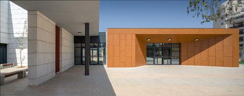 המבנה מחופה בלוחות HPL. הודות לנפחו הוא מודגש היטב ביחס לחלקי הבניין האחרים (צילום: יואב פלד)