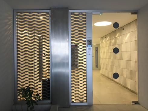 דלת הכניסה והלובי. לא עוד פרויקט תמ''א נחות (צילום: דקל גודוביץ)