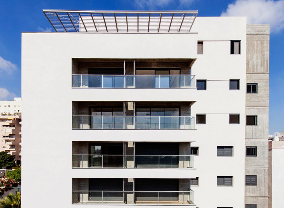 לארבע הקומות הוסיפו 2.5 חדשות, שבהן 10 דירות. הדיירים הוותיקים הרוויחו ממ''ד ומרפסת, בנוסף לשיפוץ ולחיזוק (צילום: אייל תגר)