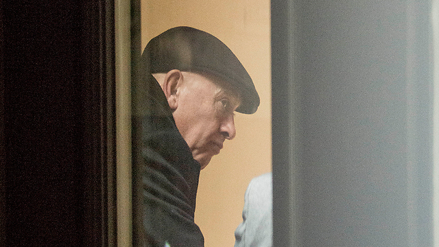 בכניסה לחקירה (צילום: יובל חן) (צילום: יובל חן)