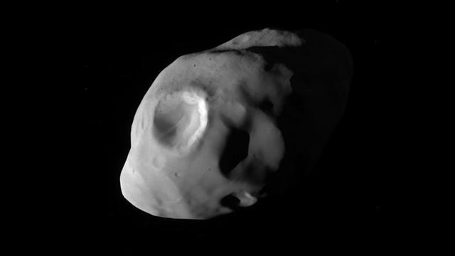 """הירח פנדורה (צילום: נאס""""א)"""