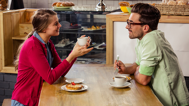אתה לא באמת מעניין אותי אז אני אחייך ואמציא תירוץ כדי לברוח מפה (צילום: Shutterstock)