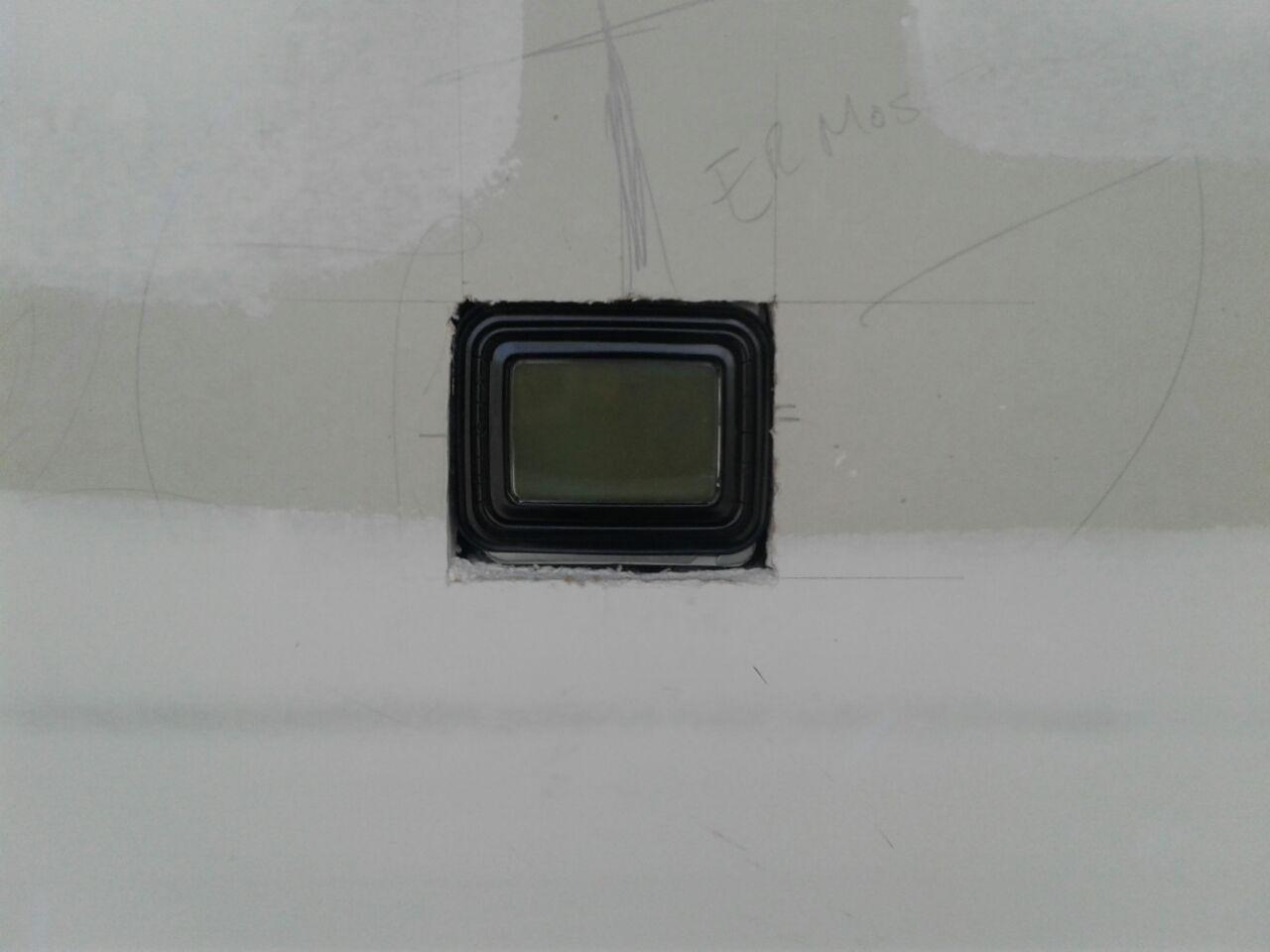 התקנה של תרמוסטט רגיל במקום שקוע בקיר, בצורה חאפרית  (צילום: הגר צבר)