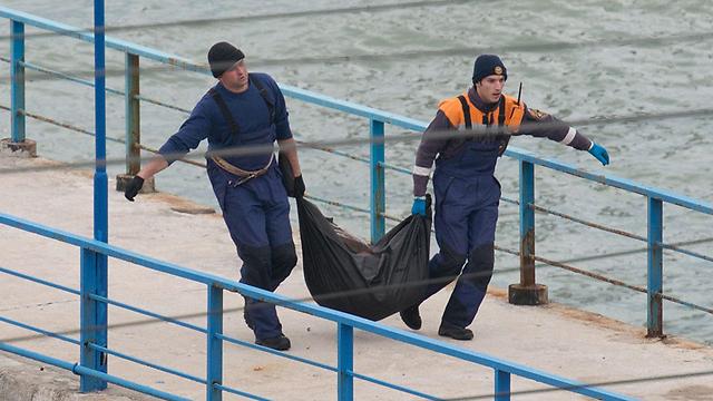מוציאים גופות מהים השחור (צילום: EPA) (צילום: EPA)
