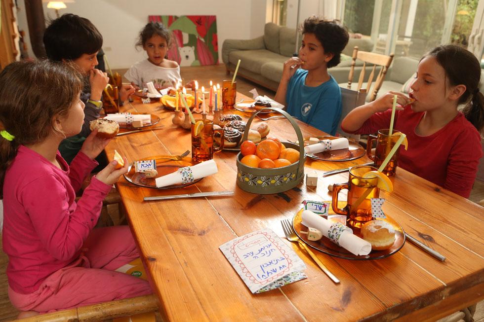 שולחן מקושט בפשטות מעשי ידי הילדים (צילום: אלעד גרשגורן)