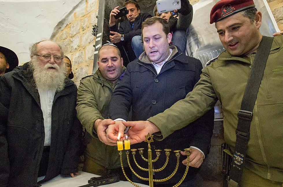 יוסי דגן ועקיבא מנסבך. נר שני בקבר יוסף (צילום: הלל מאיר) (צילום: הלל מאיר)