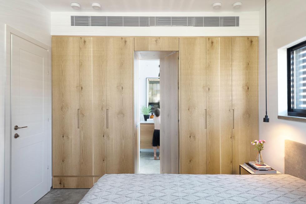 בחדר ההורים קיר ארונות, שבמרכזו הדלת שמובילה אל חדר הרחצה הצמוד (צילום: גדעון לוין)