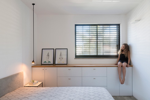 חדר שינה בעיצוב פנינית שרת אזולאי. שקט צורני (צילום: גדעון לוין)