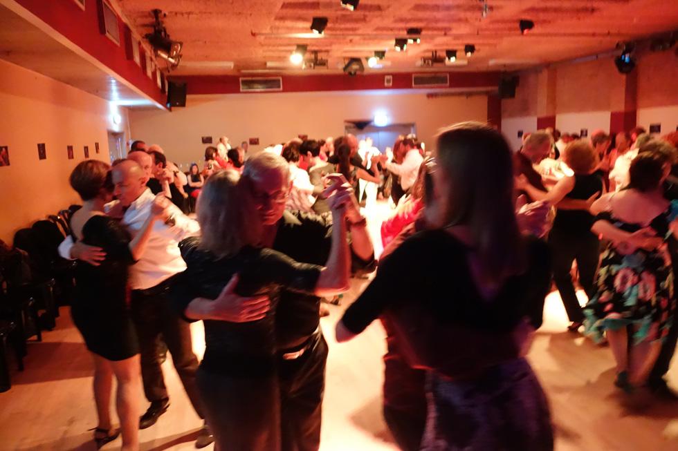 """מסיבת הטנגו הארגנטיני של סילביה רכשמיר במרכז ביכורי העתים. """"איך הורסים מוסד כזה שנותן שירות לקהילה גדולה של תושבים?"""" שואלת רכשמיר, שמלמדת במקום מאז 2001 ועדיין לא מצאה אולם חלופי. במקום פעלו קהילות נוספות של מאות חובבי ריקודים מסוגים שונים"""