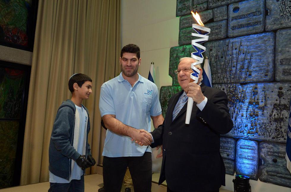"""לפיד המכביה. נשיא המדינה ראובן ריבלין עם אורי ששון  (צילום: חיים צח לע""""מ)"""
