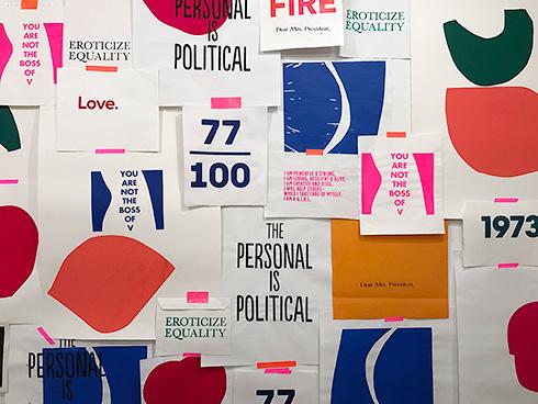 צבעים זרחניים, טיפוגרפיה נקייה וצורות גיאומטריות על קיר השראה בחנות עיצוב ניו יורקית, לפני שבועיים (צילום: עודד בן יהודה)