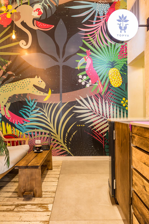 קיר טרופי ב''טופיה'', יוגורטיה חדשה בעיצוב אתי דנטס (צילום: יהונתן בן חיים)