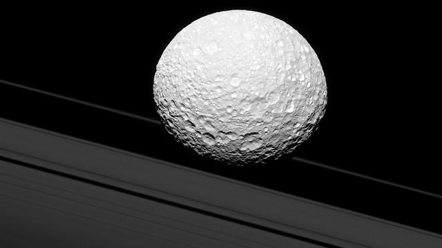 """הירח מימס (צילום: נאס""""א)"""
