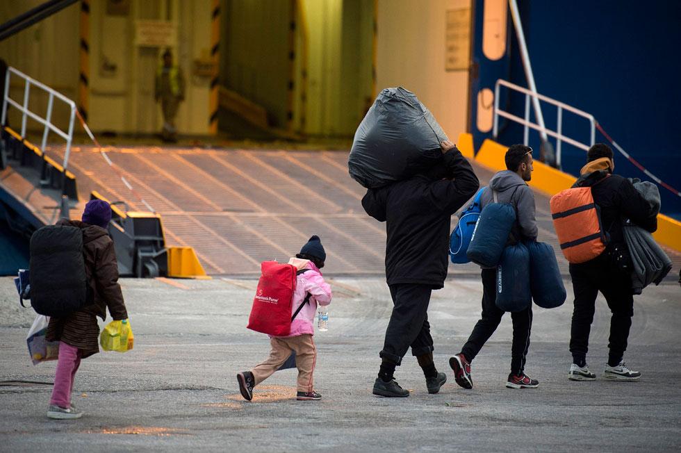 מעיל שהופך לשק שינה או אפודה שהופכת לתיק: תופעת הפליטים מתרחבת והופכת לאופנה (צילום: Gettyimages)
