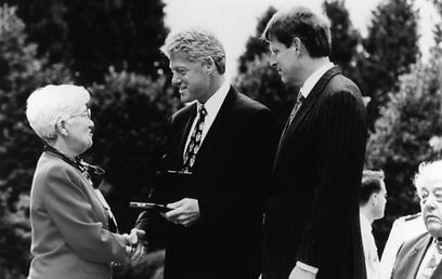 """רובין מקבלת את המדליה הלאומית למדעים מנשיא ארה""""ב ביל קלינטון ב-1997 (צילום: Science Photo Library)"""